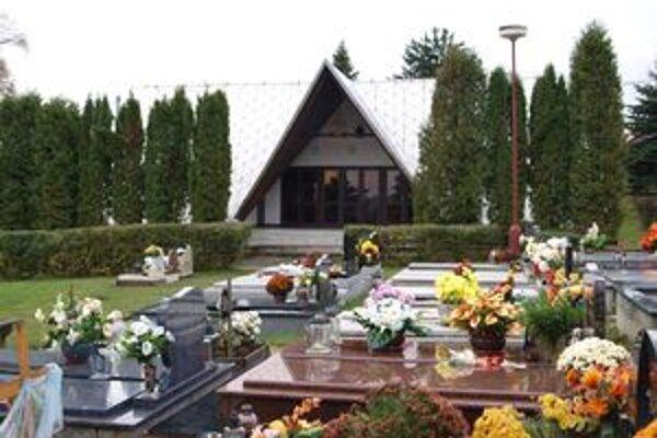 Vasiľovčanov na rok čaká oprava Domu smútku a okolia cintorína vo väčšom rozsahu, preto ju už nebudú robiť tento rok.