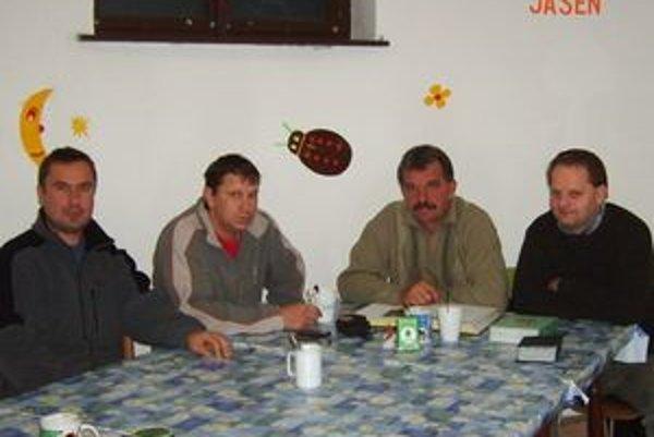 Abstinujúci alkoholici sa na miestnej fare stretávajú každú stredu a prvú sobotu vmesiaci. Predseda V. Farský (druhý sprava) zvyčajne nechýba.