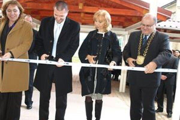 Vynovenú školu slávnostne otvorila riaditeľka Milena Smitková, minister výstavby Igor Štefanov, zástupkyňa dodávateľskej firmy a primátor Jozef Ďubjak.