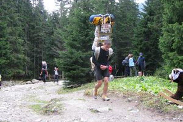 Známy dolnokubínsky skialpinista Juraj Laštík robí horského nosiča v rámci športovej prípravy.