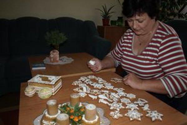 Kedysi piekla Anna Kubalová medovníky od rána do večera. Dnes pracuje, takže pečie len popoludní. Často ju pri sladkých dobrotách zastihne aj noc.