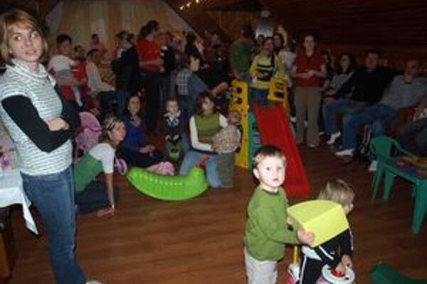 Brezovický Oravský háj sa uplynulú stredu zaplnil desiatkami rodičov aich malých ratolestí.