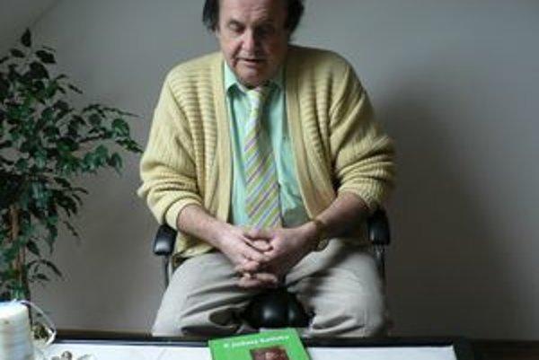Zostavovateľ knihy o Margite Figuli Peter Huba s jej originálom.