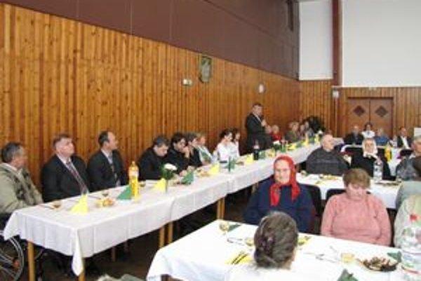Hruštínčania sa stretli v sále miestneho kultúrneho domu, Vaňovčania v základnej škole.