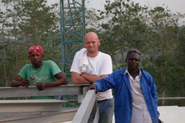 Oravčan Stanislav Ondrík vedie v Afrike skupinu miestnych robotníkov.