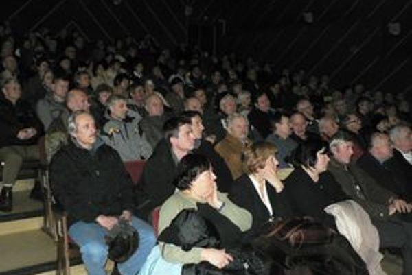 Dolnokubínčania sa včera stretli so zástupcami Národnej diaľničnej spoločnosti. Diskutovali o plánovanej výstavbe obchvatu R3. Väčšina ľudí v hľadisku kinosály prišla vyjadriť svoj nesúhlas s červenou trasou.
