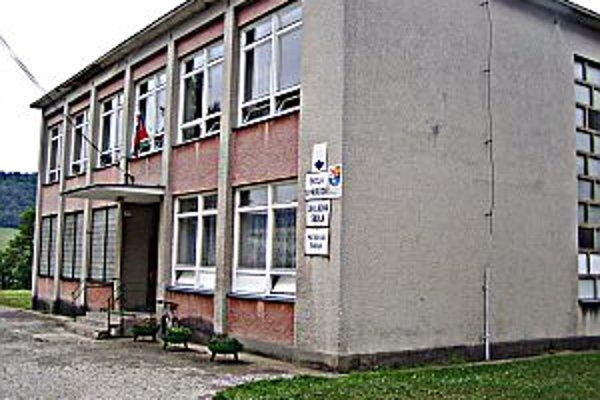 Ešte pred rokom tu mal kraj školu v prírode, teraz tu prevádzkuje ubytovacie zariadenie obec.