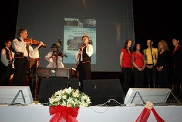 Otvorenie slávnostnej akadémie si vzali na starosť žiaci gymnázia. Zaspievali hymnu študentov - gaudeamus.