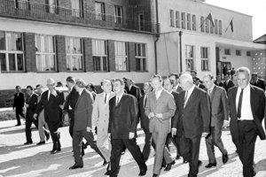 Stretnutia predstaviteľov KSČ a KSSZ v Čiernej nad Tisou na čele s Alexandrom Dubčekom a Leonidom Brežnevom. Rokovania prebiehali v dňoch 29. júla až 1. augusta 1968. Na snímke uprostred v popredí Alexander Dubček a Leonid Brežnev pred rokovacou halou v posledný deň rokovania v sprievode členov oboch delegácií.