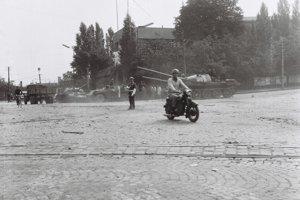 Bratislava, Šafárikovo námestie. Búdku, z ktorej riadil príslušník Verejnej bezpečnosti dopravu, sovietsky tank zrovnal so zemou.