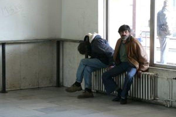 Dolnokubínski bezdomovci na stanici - doobeda sú nenápadní, no poobede, keď už majú vypité, naberú odvahu a obťažujú cestujúcich.