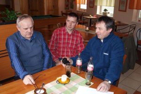 So správaním starostu Oravskej Lesnej nesúhlasí (zľava) obecný kontrolór Blažej Holubčík, občan Jozef  Rošťák, ani poslanec OZ Jaroslav Brňák.