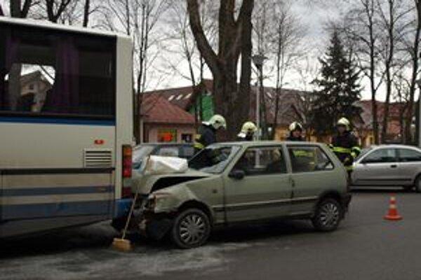 Zo zatiaľ nezistených príčin narazil vodič Fiatu do zadnej časti autobusu. Pri nehode sa ľahko zranila jedna žena.