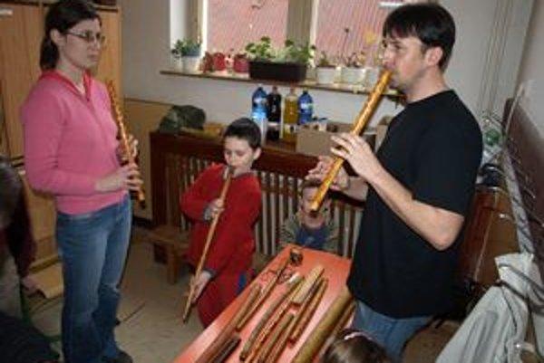 Jaroslav Sloboda rád a ochotne ukazuje a vysvetľuje záujemcom, ako sa píšťaly vyrábajú, ako na nich treba hrať.