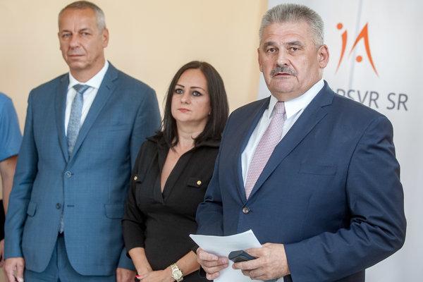 Minister Ján Richter, riaditeľka odboru sociálnej ekonomiky rezortu práce Ingrid Ujváriová a primátor Banskej Bystrice Ján Nosko počas otvorenia prvého regionálneho poradenského centra sociálnej ekonomiky.