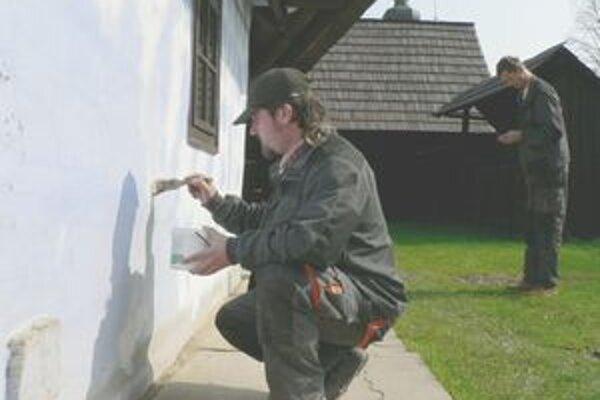 Kukučínov dom. Pamiatku v Jasenovej v týchto dňoch opravujú a obnovujú pracovníci Oravského múzea.