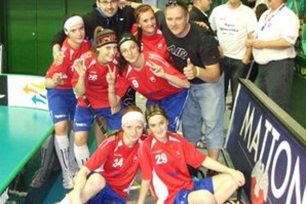 Tvrdošínčanky s klubovými trénermi Michalom Cvancigerom a Milanom Burdeľom.