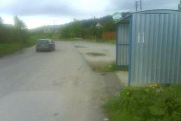 Rodičia z koncovej časti dediny sú nahnevaní, že školský autobus obchádza ich zastávku. Deti musia vyprevádzať na plavecký výcvik o kilometer ďalej, na inú zastávku.