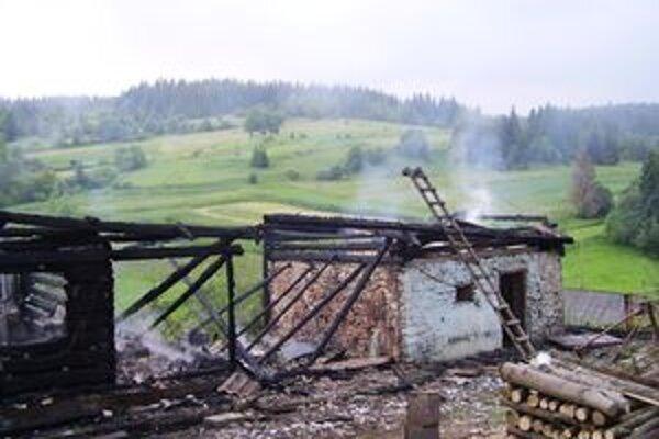 Príčina požiaru rabčianskej drevenice je neznáma.
