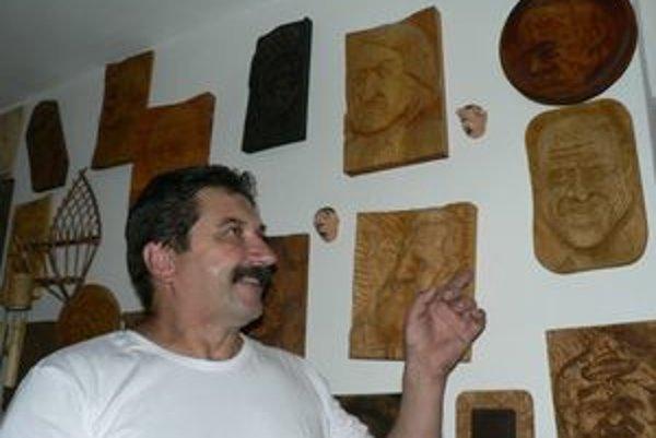 Karikatúry v dreve a ich majster. Z drevených portrétov nie je ťažké určiť, o koho ide.