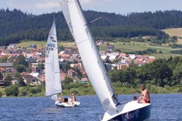 Oravské more, ako nazývajú Oravskú priehradu, opäť ožilo loďami rôzneho druhu.