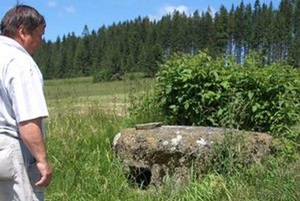 Niektoré guľometné hniezda sú stále zachovalé. Miestami vidieť aj zákopy, ktoré k nim viedli.
