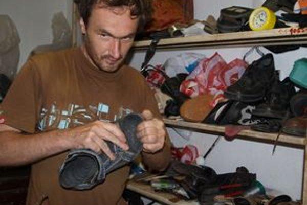 V Kubíne sa kedysi uživili šiesti obuvníci. Oto Zapletal ostal sám.