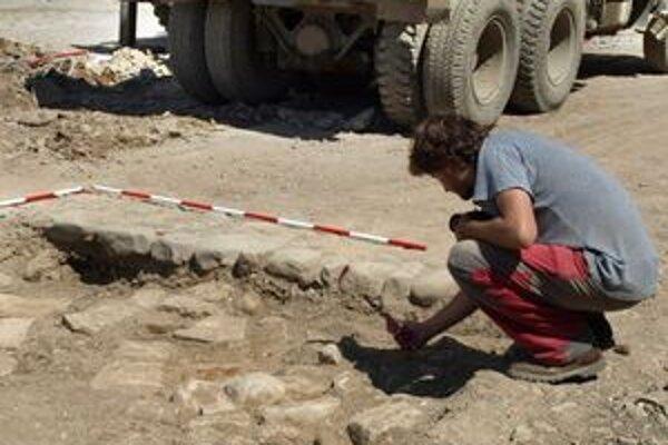 Archeológovia odkryli pozostatky starej cesty, ktorá viedla k budove starého súdu.