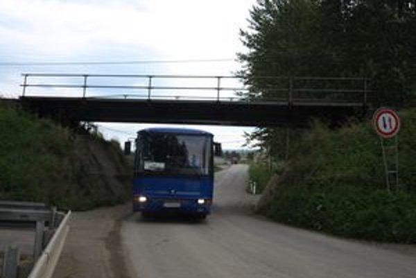 Železničný most je príliš nízky.