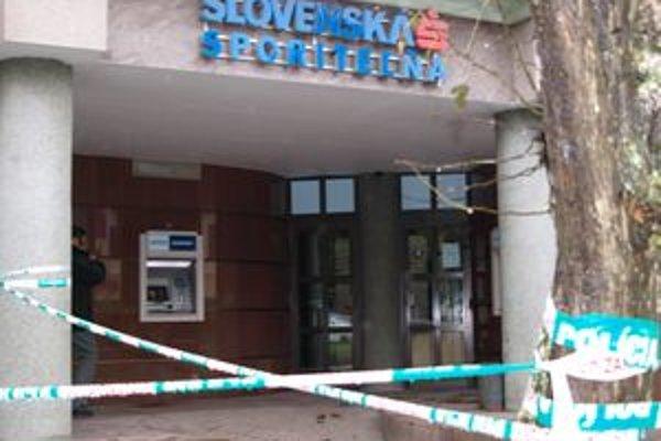 Slovenskú sporiteľňu predpoludním uzavreli policajné pásky.