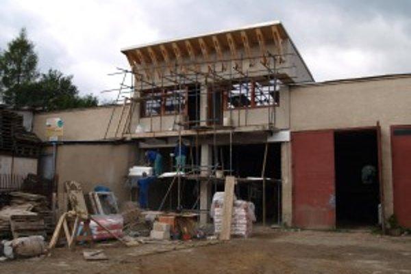 Zo starej zbrojnice bude čoskoro moderná hasičská stanica.