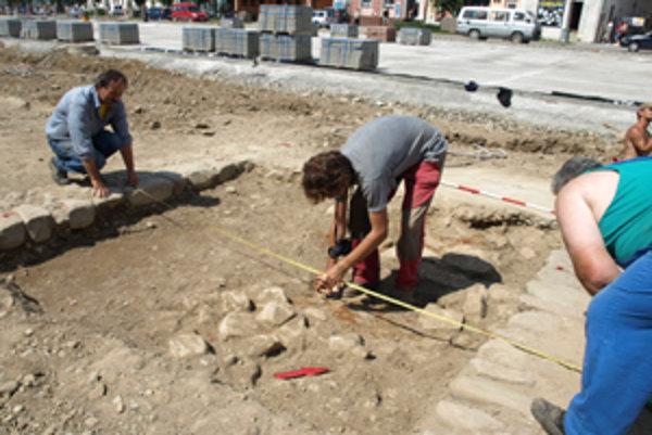 Pod vrchnou vrstvou našli archeológovia aj pôvodnú cestu vedúcu k bývalému súdu. Dnes stojí na jeho mieste obchodný dom.
