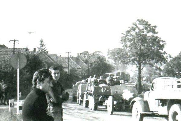 Vjazd vojakov do Priekopy z nadjzadu.