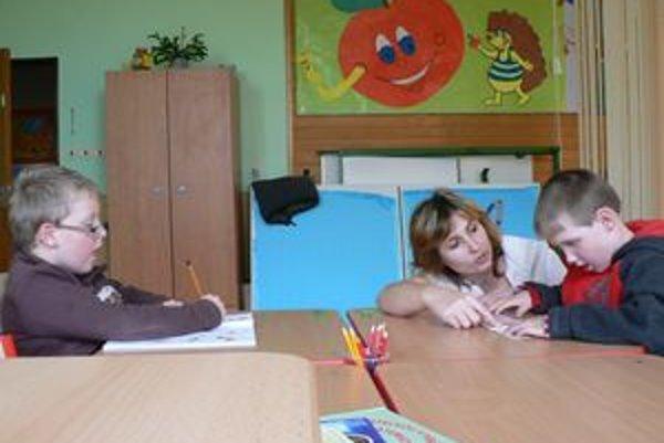 Zdravotne postihnutým prvákom sa venuje špeciálny pedagóg.