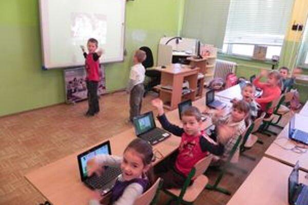 """Koncom každej hodiny si prváci """"naštartujú"""" notebooky a učia sa nové veci prostredníctvom virtuálneho počítačové sveta."""
