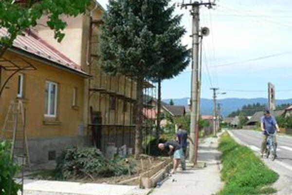 Minulý týždeň stavební robotníci pracovali v Hornej Lehote na renovácii vonkajšej fasády budovy materskej školy.