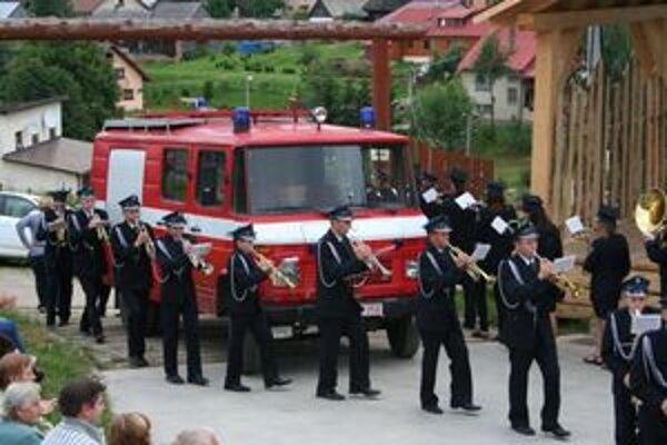 Cisternové hasičské vozidlo, ktoré Malatinej darovala jej partnerská obec, vítala v dedine dychovka.
