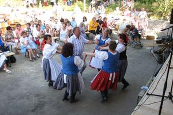 Folkloristi vykrútili v tanci aj starostu Ľubora Hada.