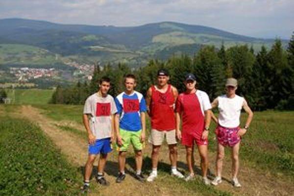 Piati najlepší bežci pod vrcholom Prasatína (zľava): Pavol Zeman, Jozef Blahút, Vladimír Madleňák, Juraj Bača a Peter Zanovit.