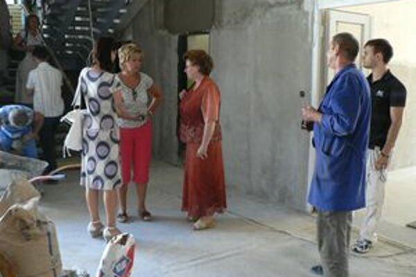 Minulý štvrtok sa na pravidelnej kontrole priebehu prác rekonštrukcie škôl stretli zástupcovia mesta, školy, dodávateľa stavby i projektovej dokumentácie.