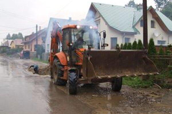 """Robotníci """"makajú"""" i keď im prší na hlavy. V takom počasí sa stáva, že voda miesto podmyje a diera v ceste sa ešte zväčší."""