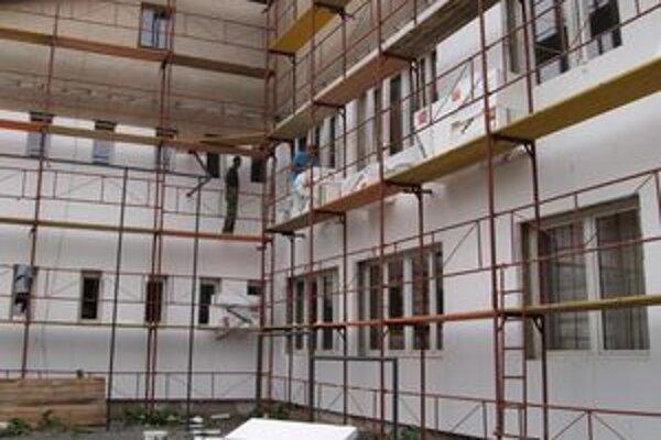 Robotníci školu zatepľujú. Súčasne prebiehajú rekonštrukčné práce aj v interiéri.