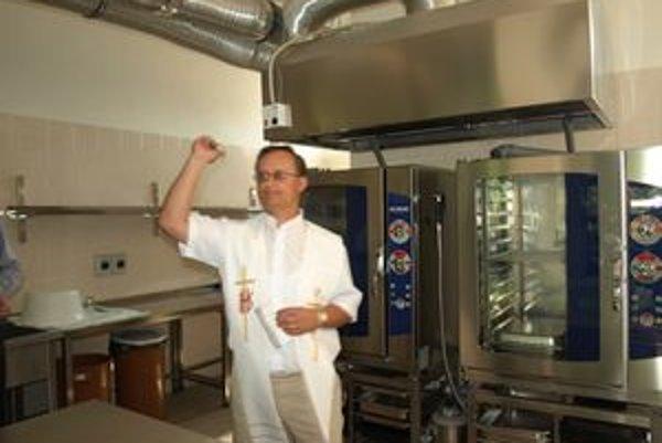 Novú školskú kuchyňu posvätil trstenský farár Jaroslav Chovanec.