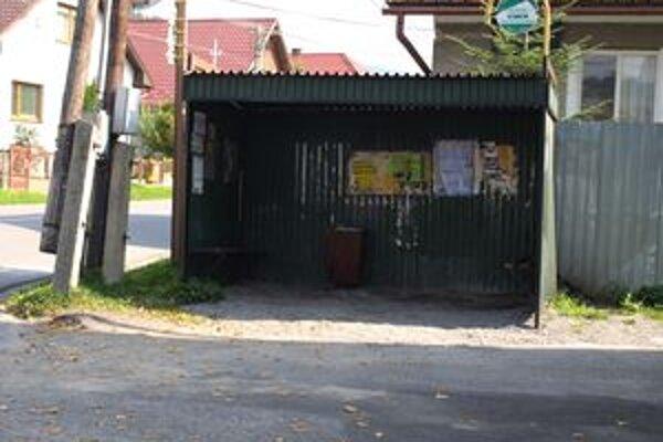 Obec chcela do konca roka prerobiť aspoň časť miestnych autobusových zastávok. Pre nedostatok financií však na svojom mieste ešte niekoľko mesiacov zostanú staré.