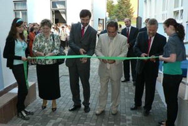 Nové jazykové učebne oficiálne odovzdali do užívania najvyšší predstavitelia Žilinského samosprávneho kraja, mesta a vedenie školy.