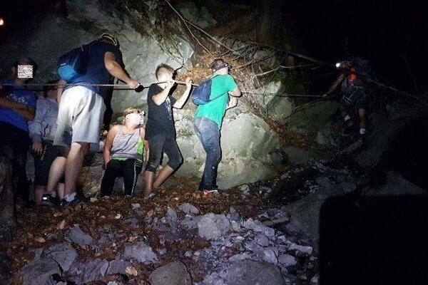 Záchranári v utorok neskoro večer pomáhali trom deťom a trom dospelým z Poľska.