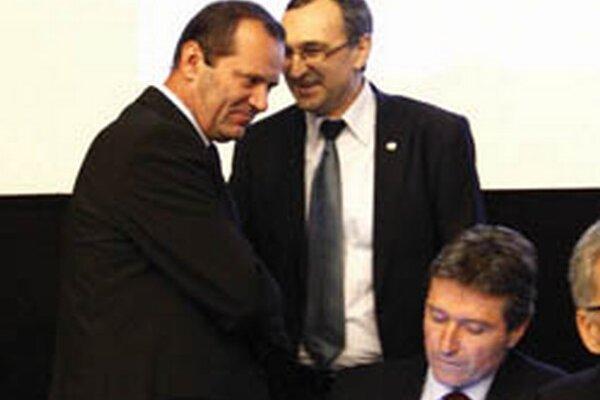 Ladislav Gádoši (vľavo) prijíma gratuláciu od svojho súpera vo voľbách Jána Franeka.