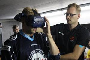 Erik Černák sa od hokejovej virtuálnej reality nevedel odtrhnúť.