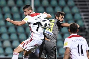 Trenčan Antonio Mance (vľavo) v hlavičkovom súboji proti Hectorovi Hevelovi.