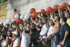 Fanúšikovia Trenčína povzbudzujú domácich hráčov.